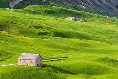 Pakhuizen onder groene heuvels Royalty-vrije Stock Afbeelding