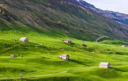 Pakhuizen onder groene heuvels Stock Foto