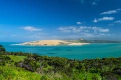 Pakia与上面蓝色海和天空蔚蓝的小山监视,北国,北岛,新西兰 库存照片
