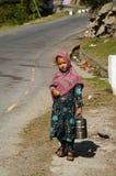 Pakistańska dziewczyna z karmowym przewoźnikiem przy lunchu czasem, Pakistan Obraz Royalty Free