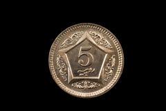 Pakistaans Vijf die Roepiemuntstuk op Zwarte wordt geïsoleerd Stock Fotografie