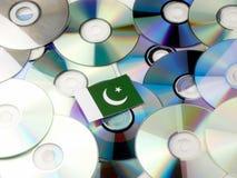 Pakistan flaga na górze cd i DVD stosu odizolowywającego na bielu Zdjęcia Royalty Free