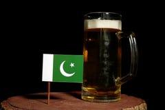 Pakistan flaga z piwnym kubkiem na czerni Fotografia Stock