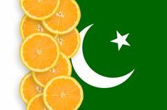 Pakistan-Flagge und vertikale Reihe der Zitrusfruchtscheiben lizenzfreie stockbilder