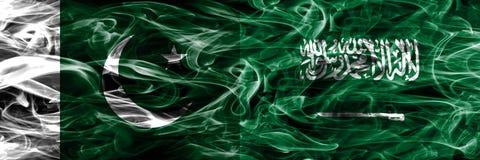 Pakistan gegen die Saudi-Arabien Rauchflaggen nebeneinander gesetzt dick stockfoto