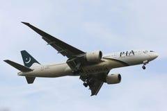 Pakistan International Airlines Boeing 777 i New York himmel, innan att landa på JFK-flygplatsen Royaltyfri Foto