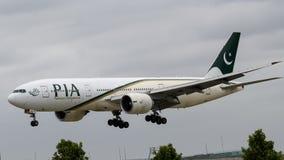 Pakistan International Airlines Boeing 777 ląduje zdjęcia royalty free
