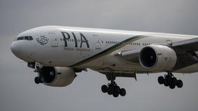 Pakistan International Airlines Boeing 777 ląduje zdjęcie stock