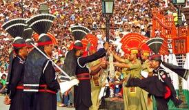 Pakistanais soldats indiens à la cérémonie fermante de frontière entre le Pakistan et l'Inde, frontière de Wagha photo stock