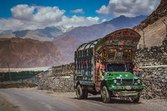 Pakistanier åker lastbil royaltyfri foto