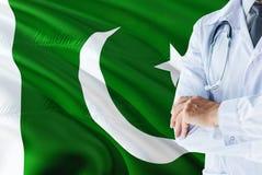 Pakistanische Doktorstellung mit Stethoskop auf Pakistan-Flaggenhintergrund Nationales Gesundheitssystemkonzept, medizinisches Th stockfotos