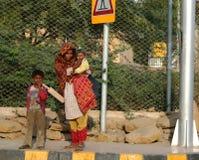 Pakistanische Frau mit Kindern stockbild