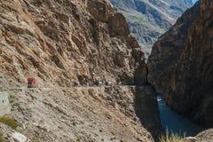 Pakistanische LKWs, die entlang die Karakoram-Landstra?e reisen Gilgit baltistan, Pakistan stockbild