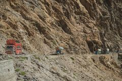 Pakistanische LKWs, die entlang die Karakoram-Landstra?e reisen pakistan lizenzfreies stockfoto