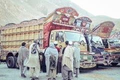 Pakistanische Männer und schöne verzierte LKWs stockfotos