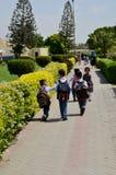 Pakistanische Schulkinder mit Rucksäcken und Uniformen gehen in Richtung zu den Klassen Karatschi Pakistan lizenzfreie stockbilder