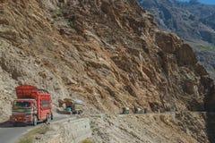 Pakistanische verzierte LKWs, die entlang die Karakoram-Landstra?e reisen pakistan lizenzfreie stockbilder