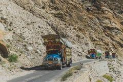 Pakistanische verzierte LKWs transportieren Waren ?ber Karakoram-Landstra?e, Pakistan lizenzfreies stockfoto