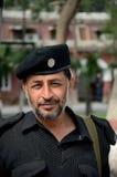Pakistanischer Polizist Pathan lächelt für Kamera Peschawar Pakistan stockfotografie
