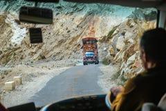 Pakistanischer verzierter LKW auf Gebirgsstraße in der Karakoram-Landstraße, Pakistan lizenzfreie stockfotos