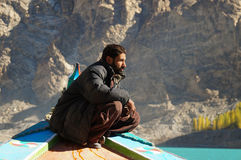Pakistansk man på fartyget, Attabad sjö, Pakistan Royaltyfri Bild