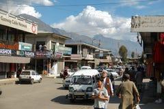 Pakistanska män som promenerar shoppinggatan på NLI, marknadsför royaltyfria foton