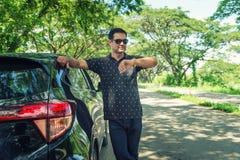 Pakistanska muslim Man den stående near bilen, och att se klockan är väntan royaltyfri fotografi