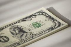 Pakken Amerikaanse bankbiljetten in licht en schaduwstijl stock fotografie