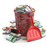 Pakken van euro in de vuilnisbak Afval van geld of muntcol. Stock Foto's
