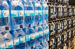 Pakken van gebotteld mineraal die bronwater bij Israëlische supermarke wordt verkocht royalty-vrije stock afbeeldingen