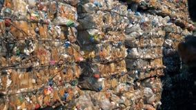 Pakken van plastic troep de in verspillen in openlucht storting Recycleer fabriek stock videobeelden