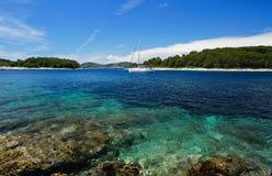 Paklinski-Inseln fahren, nahe Hvar, Kroatien die Küste entlang Lizenzfreies Stockbild