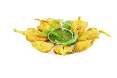 Pakoda σπανακιού ή fritter ινδικό πρόχειρο φαγητό τροφίμων στο καθαρό άσπρο υπόβαθρο Στοκ εικόνα με δικαίωμα ελεύθερης χρήσης