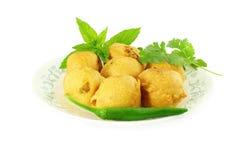 Pakoda de vada de pomme de terre ou casse-croûte indien de nourriture de beignet à l'arrière-plan blanc pur Photos stock