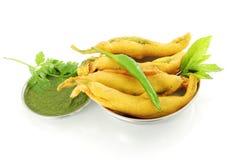 Pakoda do pimentão ou petisco indiano do alimento do frito no fundo branco puro Foto de Stock Royalty Free