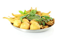 Pakoda vada πατατών ή fritter ινδικό πρόχειρο φαγητό τροφίμων στο καθαρό άσπρο υπόβαθρο Στοκ φωτογραφία με δικαίωμα ελεύθερης χρήσης