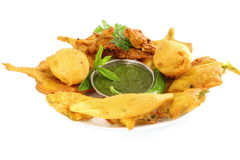 Pakoda vada πατατών ή fritter ινδικό πρόχειρο φαγητό τροφίμων στο καθαρό άσπρο υπόβαθρο Στοκ Εικόνα