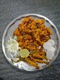 Pakode με τη σαλάτα στοκ εικόνες