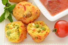 Pakoras di verdure con la salsa di peperoncino rosso dolce Immagini Stock