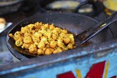 Pakoras frits dans un wok Photos stock