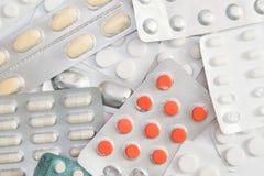 Pakować pastylki i pigułki na białym tle Leka prescri zdjęcie royalty free