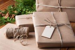 Pakpapierpakketten die omhoog met koord worden verpakt stock afbeelding
