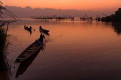 Pakpra met mooi ochtendlicht en hemel, het oriëntatiepunt van de vierkante netten van de visserijonderdompeling Stock Afbeelding
