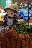 PAKSE, ΛΆΟΣ - 12 ΑΥΓΟΎΣΤΟΥ: Η άποψη μιας αγοράς στην πόλη Pakse είναι Στοκ φωτογραφίες με δικαίωμα ελεύθερης χρήσης