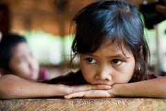 PAKSE LAOS, Augusti 14: En oidentifierade Laos lite i det hous Arkivfoto