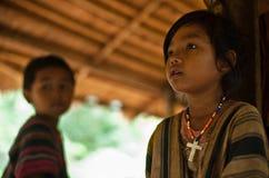 PAKSE LAOS, Augusti 14: En oidentifierade Laos lite i det hous Arkivbild