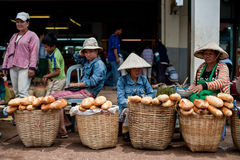 PAKSE, LAOS - AUGUSTUS 12: De mening van een markt in Pakse-stad is stock afbeeldingen