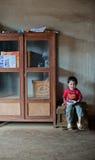 PAKSE, LAOS, el 14 de agosto: Una sentada no identificada del niño pequeño de Laos Imágenes de archivo libres de regalías