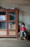 PAKSE, LAOS, el 14 de agosto: Una sentada no identificada del niño pequeño de Laos Fotografía de archivo