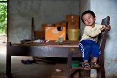 PAKSE, LAOS, el 14 de agosto: Una sentada no identificada del niño pequeño de Laos Fotografía de archivo libre de regalías